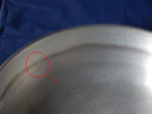Particolare di una pentola in alluminio, prima della pulizia.