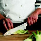 Un cuoco all'opera con un coltello professionale Chroma Type 301.